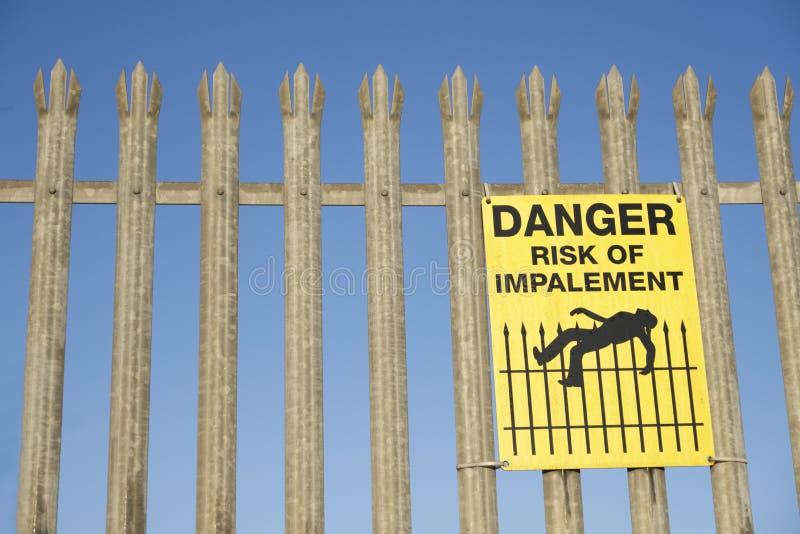 Κίνδυνος Impalement και σημάδι κινδύνου στο φράκτη για την ασφάλεια και την προστασία στοκ φωτογραφίες