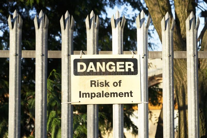 Κίνδυνος Impalement και σημάδι κινδύνου στο φράκτη για την ασφάλεια και την προστασία στοκ φωτογραφίες με δικαίωμα ελεύθερης χρήσης