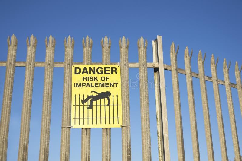 Κίνδυνος Impalement και σημάδι κινδύνου στο φράκτη για την ασφάλεια και την προστασία στοκ εικόνες με δικαίωμα ελεύθερης χρήσης