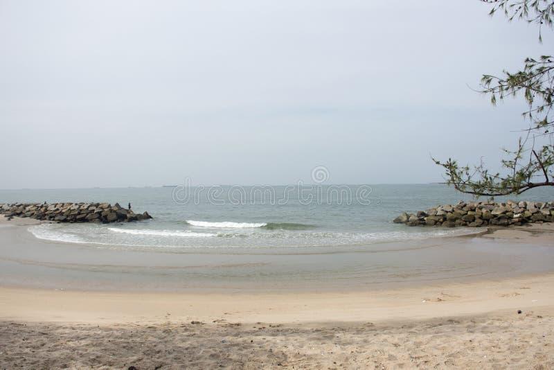 Κίνηση και μετακίνηση του νερού και του κύματος στη θάλασσα στην παραλία Saeng Chan σε Rayong, Ταϊλάνδη στοκ φωτογραφίες με δικαίωμα ελεύθερης χρήσης