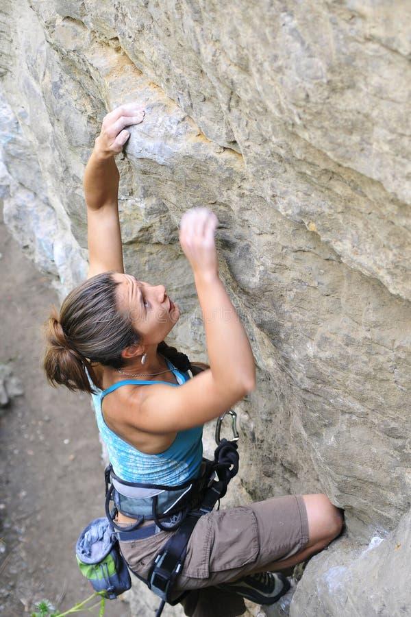 Κίνηση κοριτσιών αναρρίχησης βράχου στοκ φωτογραφία με δικαίωμα ελεύθερης χρήσης