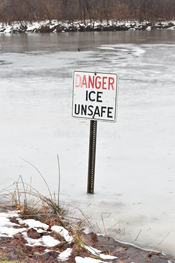 Κίνδυνος, πάγος επισφαλής - κάθετη εικόνα στοκ εικόνες