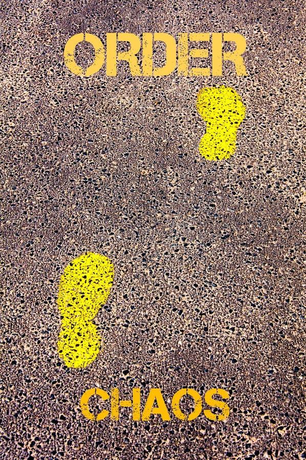 Κίτρινα βήματα στο πεζοδρόμιο από το χάος στο μήνυμα διαταγής σωστό μόνιμο κείμενο υπολοίπου εικόνας ειδωλίων έννοιας COM στοκ εικόνα