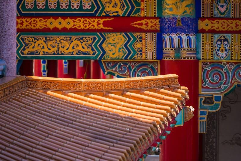 Κίτρινα βερνικωμένα πορτοκάλι κεραμίδια στεγών τερακότας ενός κινεζικού ναού στοκ εικόνα