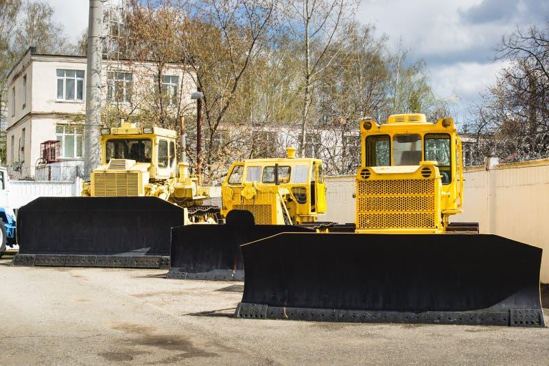 Κίτρινα βιομηχανικά τρακτέρ στο ναυπηγείο του εργοστασίου στοκ φωτογραφία