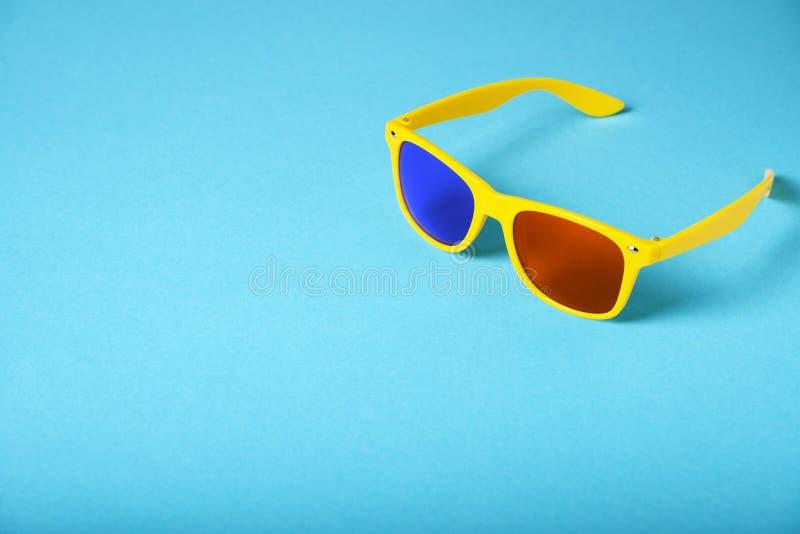 Κίτρινα γυαλιά που απομονώνονται στο μπλε υπόβαθρο τρισδιάστατα γυαλιά στοκ εικόνες με δικαίωμα ελεύθερης χρήσης