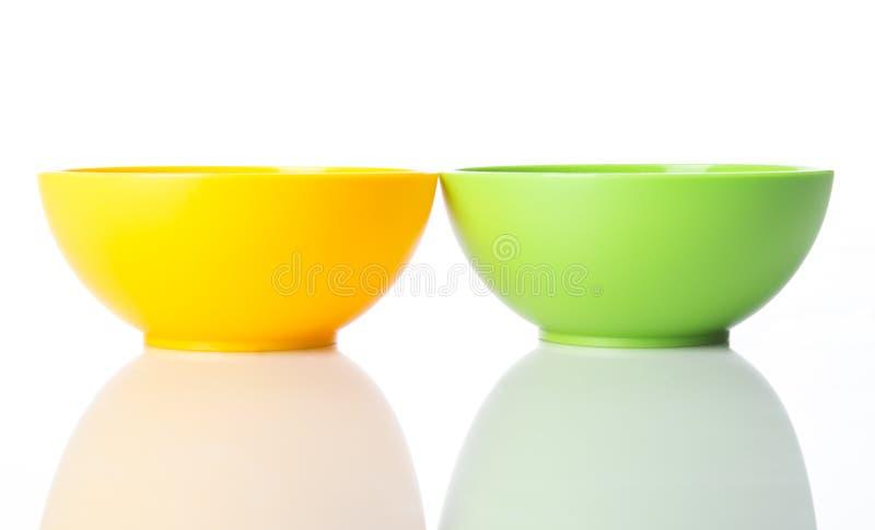 Κίτρινα και greel πλαστικά κύπελλα πρόχειρων φαγητών στοκ εικόνες
