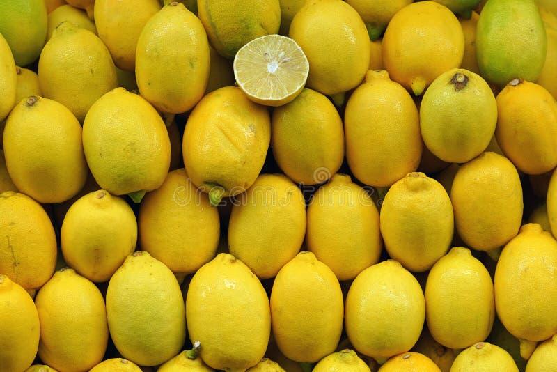 Κίτρινα λεμόνια στην αγορά στοκ εικόνες