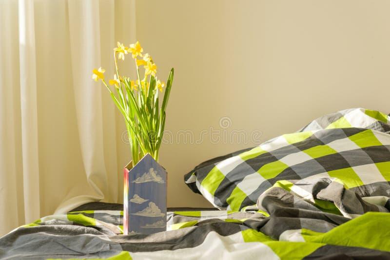 Κίτρινα λουλούδια άνοιξη στο εσωτερικό της κρεβατοκάμαρας στοκ εικόνες