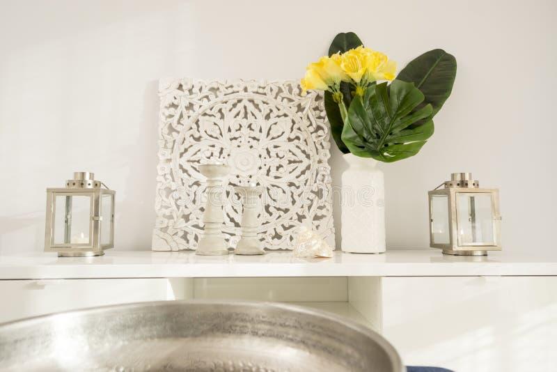 Κίτρινα λουλούδια στο κεραμικό βάζο με τα ξύλινα κηροπήγια και lant στοκ φωτογραφία με δικαίωμα ελεύθερης χρήσης