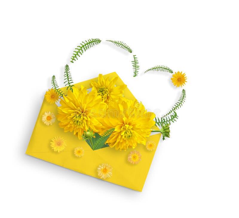 Κίτρινα λουλούδια και πράσινα φύλλα στον κίτρινο φάκελο Επίπεδος βάλτε Τοπ όψη Λουλούδι Rudbeckia και μικρά κίτρινα λουλούδια κήπ στοκ φωτογραφία με δικαίωμα ελεύθερης χρήσης