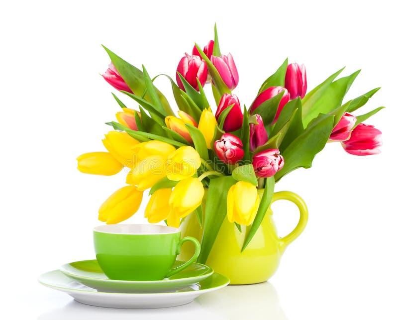Κίτρινα λουλούδια τουλιπών με το τσάι φλυτζανιών στοκ φωτογραφίες με δικαίωμα ελεύθερης χρήσης