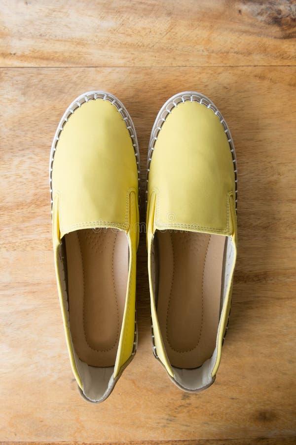 Κίτρινα παπούτσια μοκασινιών στον ξύλινο πίνακα στοκ φωτογραφία με δικαίωμα ελεύθερης χρήσης