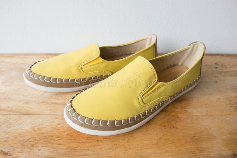 Κίτρινα παπούτσια μοκασινιών στον ξύλινο πίνακα στοκ εικόνες με δικαίωμα ελεύθερης χρήσης