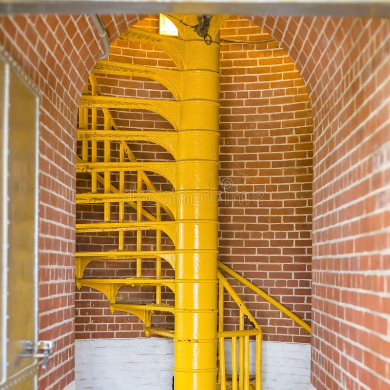 Κίτρινα σκαλοπάτια και σχηματισμένος αψίδα τρόπος εισόδων του φάρου στοκ εικόνες