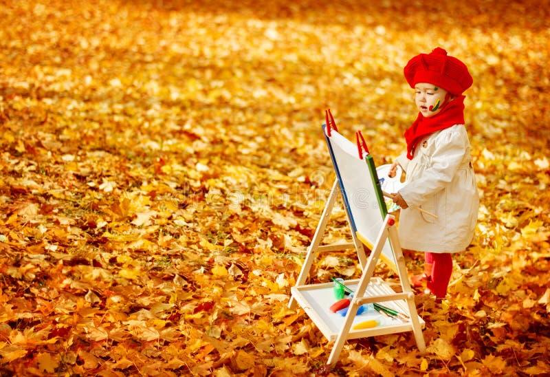 Κίτρινα φύλλα πτώσης ζωγραφικής καλλιτεχνών μωρών φθινοπώρου, δημιουργικό παιδί στοκ φωτογραφία