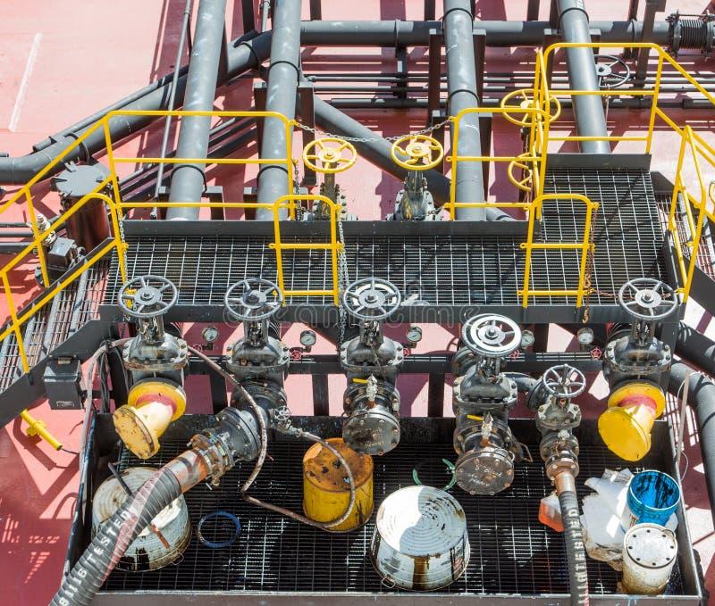 Κίτρινες βαλβίδες στη φορτηγίδα πετρελαίου στοκ φωτογραφίες με δικαίωμα ελεύθερης χρήσης