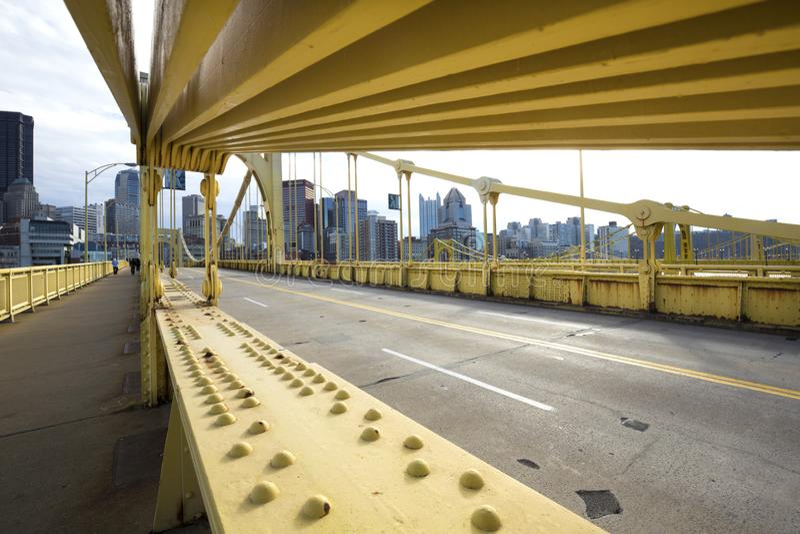 Κίτρινες γέφυρες πέρα από τον ποταμό Allegheny στο Πίτσμπουργκ, Πενσυλβανία στοκ φωτογραφίες με δικαίωμα ελεύθερης χρήσης