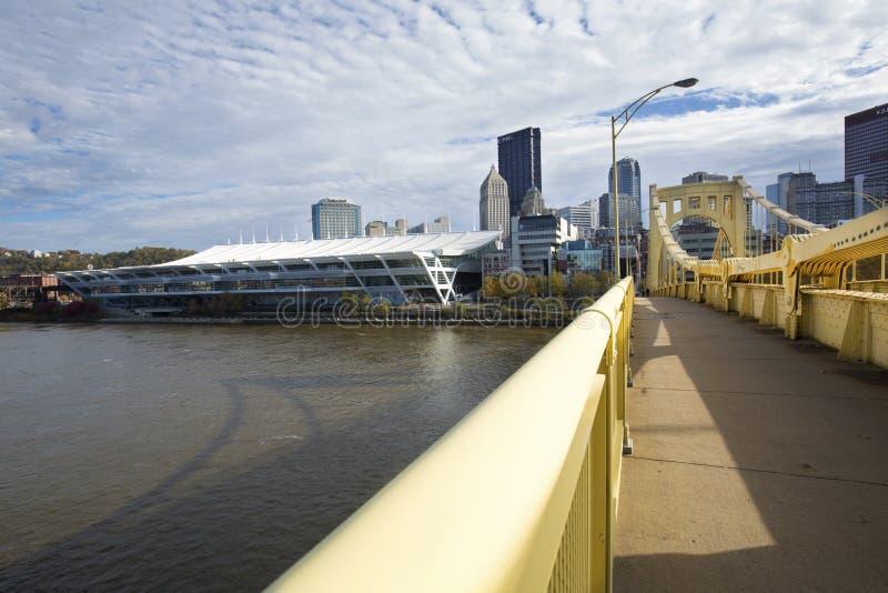 Κίτρινες γέφυρες πέρα από τον ποταμό Allegheny στο Πίτσμπουργκ, Πενσυλβανία στοκ φωτογραφία με δικαίωμα ελεύθερης χρήσης