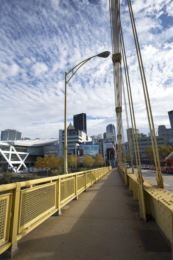 Κίτρινες γέφυρες πέρα από τον ποταμό Allegheny στο Πίτσμπουργκ, Πενσυλβανία στοκ εικόνες