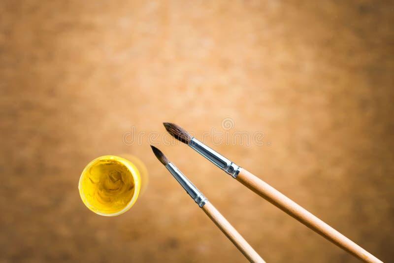 Κίτρινες γκουας και βούρτσες στοκ φωτογραφία