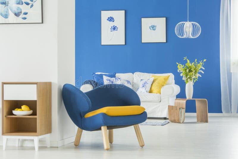 Κίτρινες εμφάσεις στο μπλε δωμάτιο στοκ εικόνες