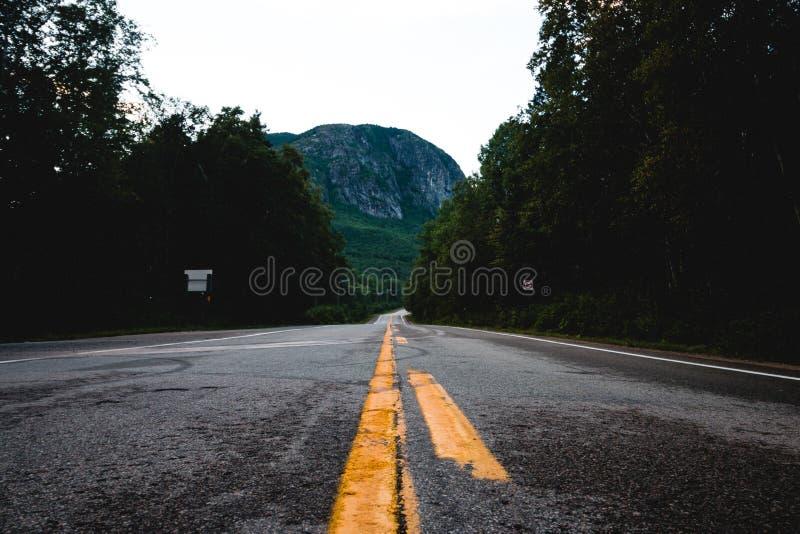 Κίτρινες οδικές γραμμές που τελειώνουν σε ένα βουνό στοκ φωτογραφία με δικαίωμα ελεύθερης χρήσης