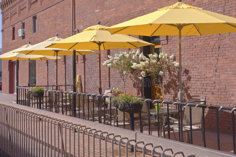 Κίτρινες ομπρέλες σε ένα υπαίθριο caffe Wala Wala WA στοκ φωτογραφία με δικαίωμα ελεύθερης χρήσης