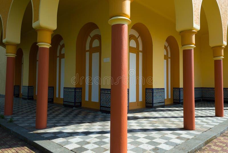 Κίτρινες arcades και στήλες τερακότας στοκ φωτογραφίες