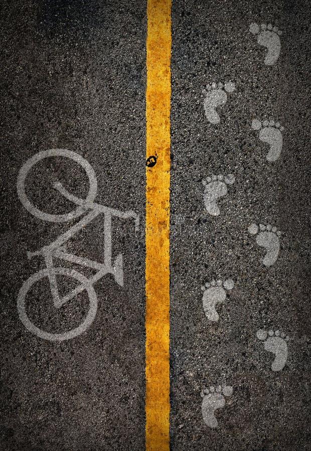 Κίτρινη γραμμή στον υψηλό τρόπο saperate για την πάροδο ποδηλάτων και περιπάτων στοκ φωτογραφίες