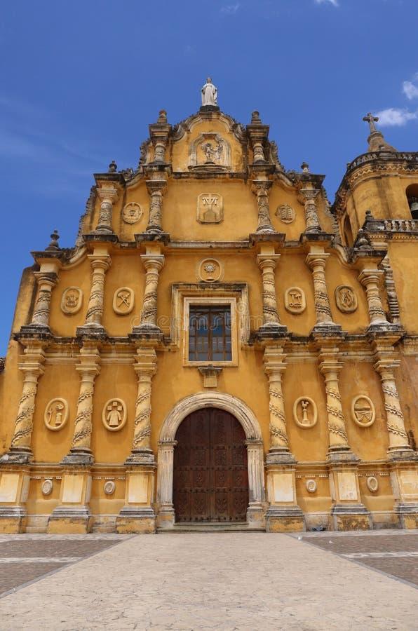 Κίτρινη εκκλησία - Recoleccion στο Leon, Νικαράγουα στοκ εικόνα
