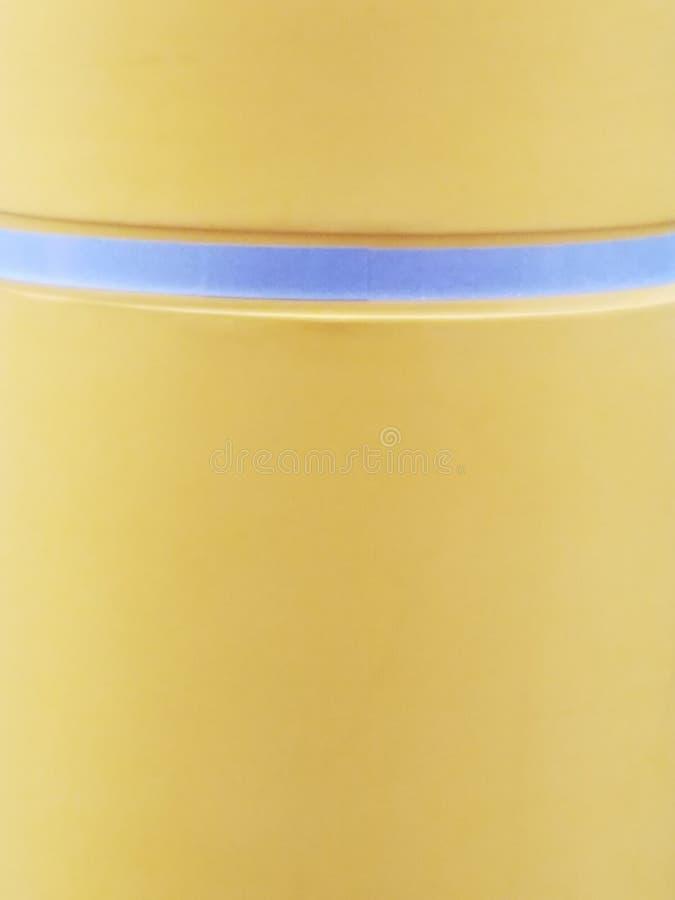 Κίτρινη επιφάνεια με το ενιαίο κυρτό γκρίζο λωρίδα στοκ φωτογραφίες