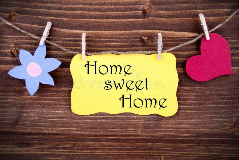 Κίτρινη ετικέτα με το εγχώριο γλυκό σπίτι αποσπάσματος ζωής στοκ φωτογραφία