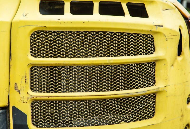 Κίτρινη κάλυψη θερμαντικών σωμάτων φορτηγών χρώματος σκουριασμένη στοκ εικόνες