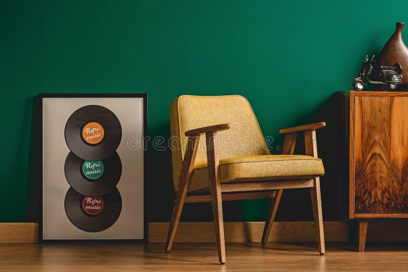 Κίτρινη καρέκλα στο εκλεκτής ποιότητας εσωτερικό στοκ εικόνες