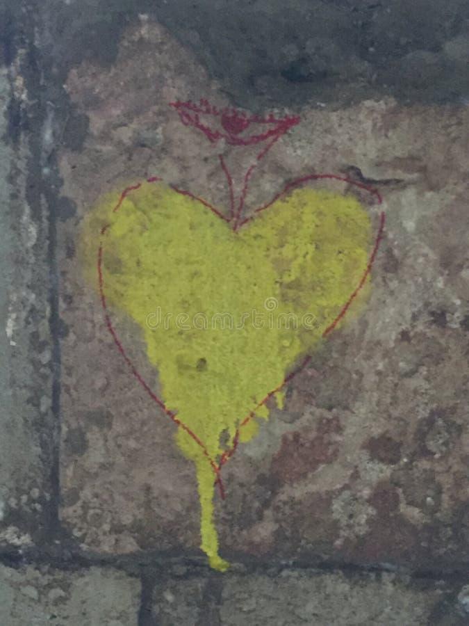 Κίτρινη καρδιά με την κορώνα ή το μίσχο στοκ φωτογραφία με δικαίωμα ελεύθερης χρήσης