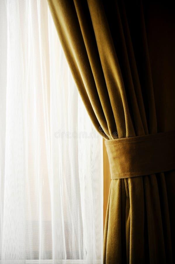 Κίτρινη κουρτίνα παραθύρων βελούδου στοκ φωτογραφία με δικαίωμα ελεύθερης χρήσης