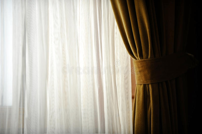 Κίτρινη κουρτίνα παραθύρων βελούδου στοκ φωτογραφίες