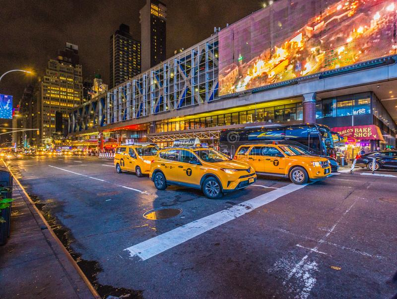 Κίτρινη Νέα Υόρκη Taxis στην οδό τη νύχτα σε NYC στοκ εικόνες με δικαίωμα ελεύθερης χρήσης