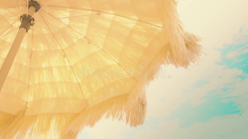 Κίτρινη ομπρέλα παραλιών με το κυματίζοντας περιθώριο ενάντια στον ουρανό στοκ εικόνες με δικαίωμα ελεύθερης χρήσης
