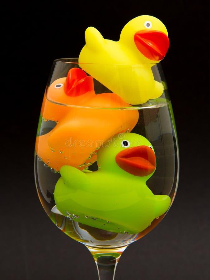 Κίτρινη, πορτοκαλιά και πράσινη λαστιχένια πάπια στοκ φωτογραφία με δικαίωμα ελεύθερης χρήσης