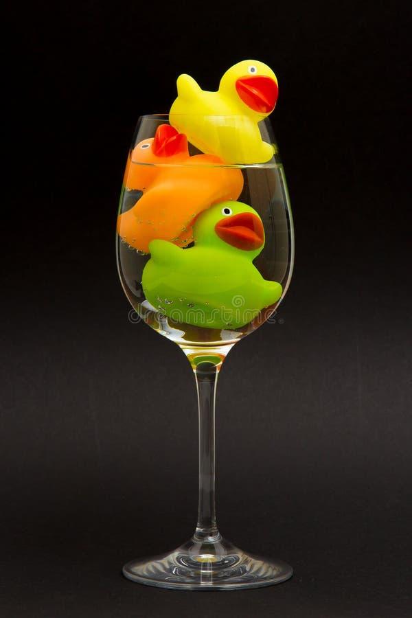 Κίτρινη, πορτοκαλιά και πράσινη λαστιχένια πάπια στοκ φωτογραφίες