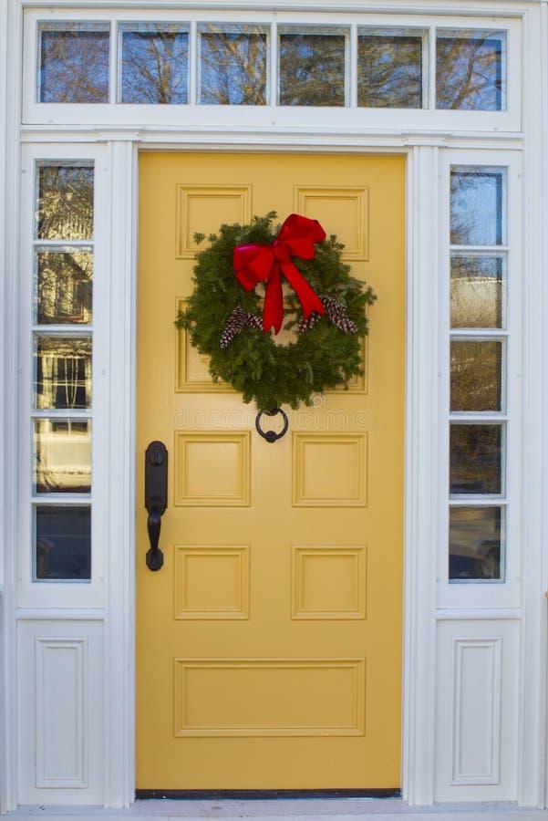 Κίτρινη πόρτα με το στεφάνι στοκ φωτογραφία