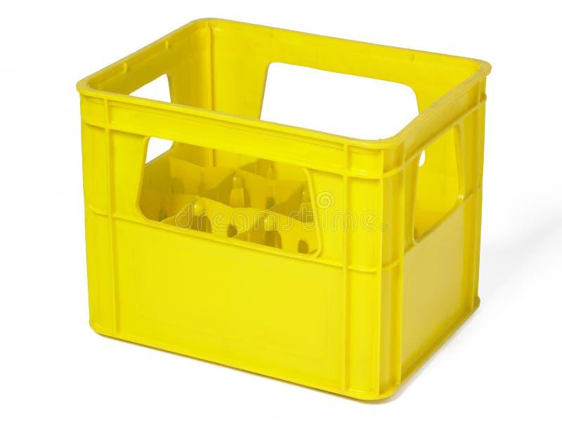 Κίτρινη πλαστική περίπτωση για τα μπουκάλια που απομονώνεται στο λευκό στοκ εικόνα