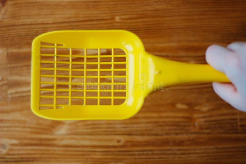 Κίτρινη πλαστική σέσουλα πέρα από το ξύλινο υπόβαθρο στοκ φωτογραφία με δικαίωμα ελεύθερης χρήσης