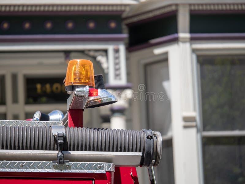 Κίτρινη σειρήνα πάνω από ένα πυροσβεστικό όχημα στοκ φωτογραφία