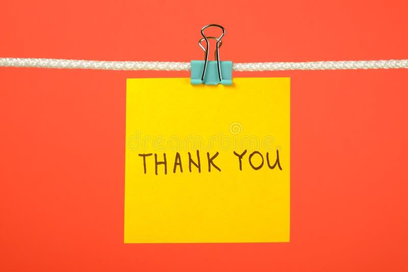 """Κίτρινη σημείωση εγγράφου για τη σκοινί για άπλωμα με το κείμενο """"Thank You† στοκ φωτογραφίες με δικαίωμα ελεύθερης χρήσης"""
