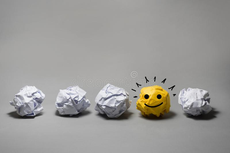 Κίτρινη τσαλακωμένη σφαίρα εγγράφου Επιχειρησιακή δημιουργικότητα, έννοια ηγεσίας στοκ εικόνα