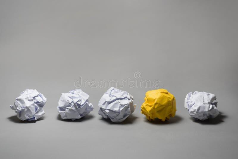 Κίτρινη τσαλακωμένη σφαίρα εγγράφου Επιχειρησιακή δημιουργικότητα, έννοια ηγεσίας στοκ εικόνες με δικαίωμα ελεύθερης χρήσης