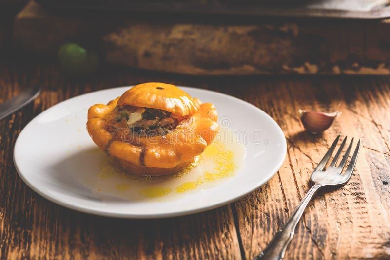 Κίτρινη pattypan κολοκύνθη που γεμίζουν με τον κιμά και τα λαχανικά στοκ εικόνες με δικαίωμα ελεύθερης χρήσης